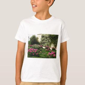 ピンクおよび白いバラの庭 Tシャツ
