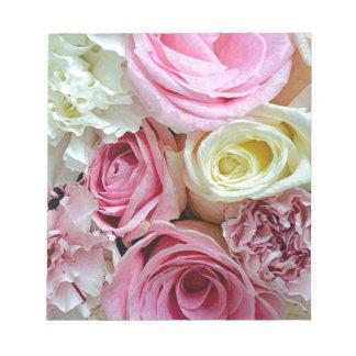 ピンクおよび白いバラの花花束 ノートパッド