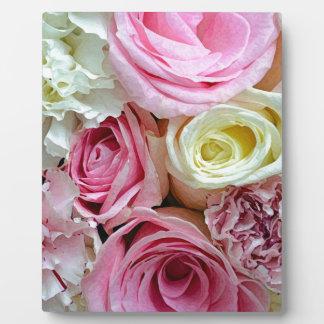 ピンクおよび白いバラの花花束 フォトプラーク
