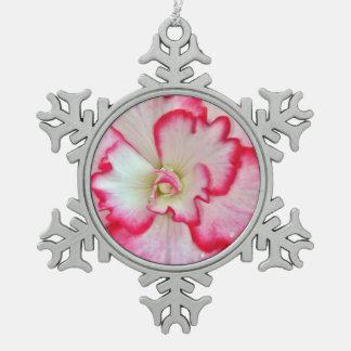 ピンクおよび白いベゴニアの花のクリスマスのオーナメント スノーフレークピューターオーナメント