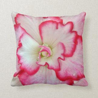 ピンクおよび白いベゴニアの花の装飾用クッション クッション