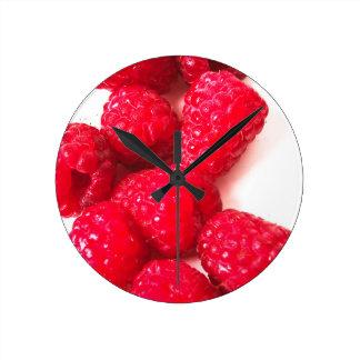 ピンクおよび白いラズベリー-フルーツのプリント ラウンド壁時計