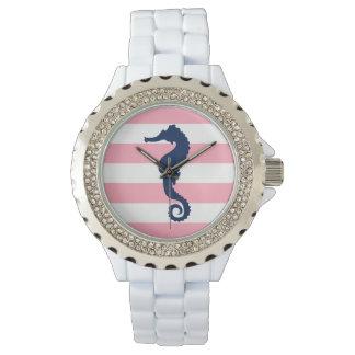 ピンクおよび白い航海のの青いタツノオトシゴは縞で飾ります 腕時計