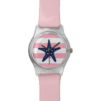 ピンクおよび白い航海のの青いヒトデは縞で飾ります 腕時計