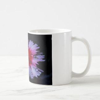ピンクおよび白い花が付いているコーヒー・マグ コーヒーマグカップ