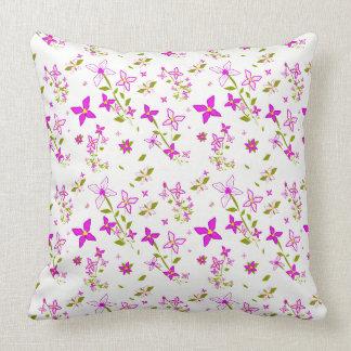 ピンクおよび白い花柄 クッション