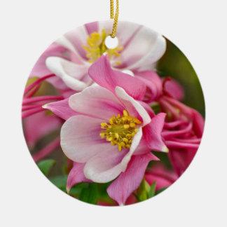 ピンクおよび白い鳩の花のプリント セラミックオーナメント