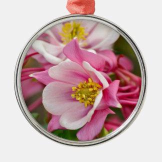 ピンクおよび白い鳩の花のプリント メタルオーナメント