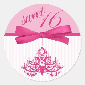 ピンクおよび白いSweet sixteenのシャンデリアのステッカー ラウンドシール