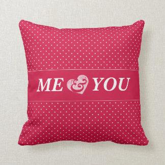 ピンクおよび白人の水玉模様のバレンタインでかわいらしい クッション