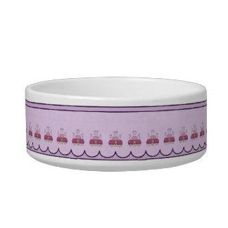 ピンクおよび紫色によって曇らされるカップケーキを持つかわいいモンスター ボウル