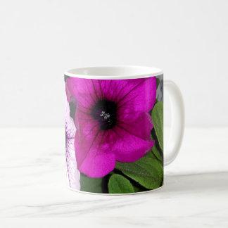 ピンクおよび紫色のペチュニア コーヒーマグカップ