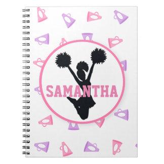 ピンクおよび紫色のメガホンのチアリーダーは個人化なります ノートブック