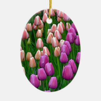 ピンクおよび紫色の春のチューリップ 陶器製卵型オーナメント