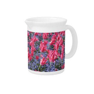 ピンクおよび紫色の花分野 ピッチャー
