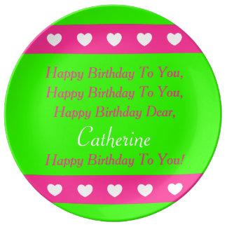 ピンクおよび緑の名前入りな誕生日のプレート 磁器プレート