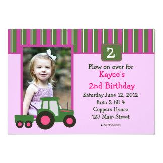 ピンクおよび緑の女の子のトラクターの誕生日の招待 12.7 X 17.8 インビテーションカード