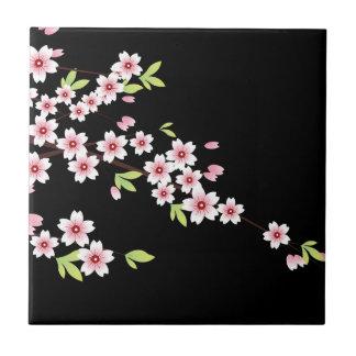 ピンクおよび緑の桜の桜との黒 タイル
