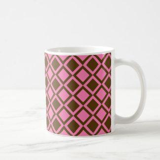 ピンクおよび茶色の正方形かダイヤモンド コーヒーマグカップ