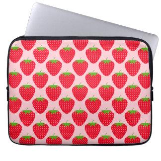 ピンクおよび赤いいちごパターン ラップトップスリーブ
