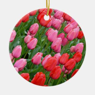 ピンクおよび赤い春のチューリップ 陶器製丸型オーナメント
