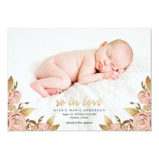 ピンクおよび金ゴールドの絵画的なばら色の誕生の発表 カード