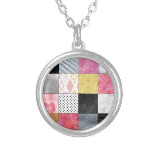 ピンクおよび銀製のキルト シルバープレートネックレス