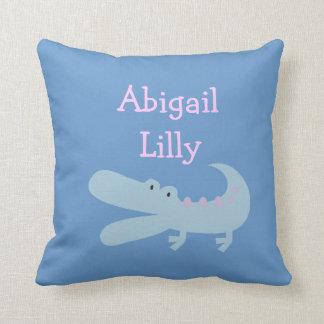 ピンクおよび青いわに名前入りな枕 クッション