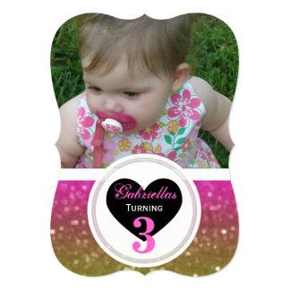 ピンクおよび黄色い輝きの写真の招待状 カード