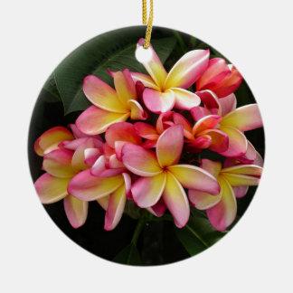 ピンクおよび黄色の熱帯プルメリアの花 セラミックオーナメント