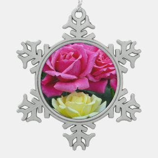 ピンクおよび黄色バラの花柄 スノーフレークピューターオーナメント