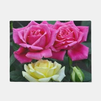 ピンクおよび黄色バラの花柄 ドアマット