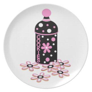 ピンクおよび黒いクッキーのプレート プレート