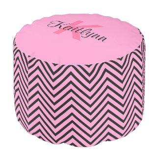 ピンクおよび黒いシェブロンのジグザグ形のモノグラムのラウンドパフ プーフ
