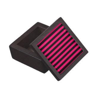 ピンクおよび黒のストライプの背景 ギフトボックス