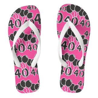 ピンクおよび黒の第40誕生日-古いBday 40 yrsの ビーチサンダル