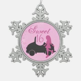 ピンクおよび黒の菓子16のシルエット女の子および車 スノーフレークピューターオーナメント