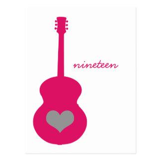 ピンクか灰色のギターのハートのテーブルの郵便はがき ポストカード