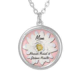 ピンクか白いデイジーの名前入りなお母さん シルバープレートネックレス