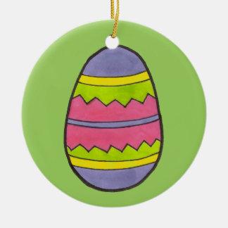 ピンクか緑によって絵を描かれるイースターエッグの卵のオーナメント セラミックオーナメント