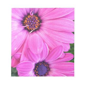ピンクによってはガーベラのデイジーの花柄が開花します ノートパッド