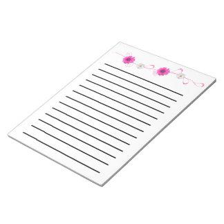 ピンクによっては暗闇によって並べられるメモ帳が開花します ノートパッド