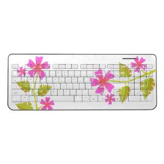 ピンクによっては緑の葉の無線電信のキーボードが開花します ワイヤレスキーボード