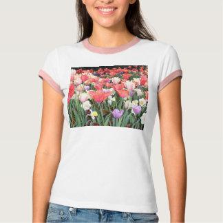ピンクによって整えられる花のTシャツ Tシャツ