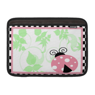 ピンクのてんとう虫、市松模様にされたボーダー及び水玉模様 MacBook スリーブ