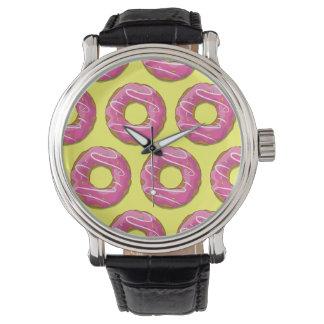 ピンクのアイシングが付いているドーナツ 腕時計