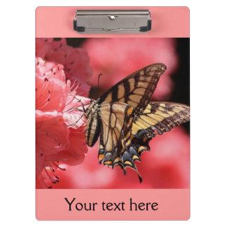 ピンクのアゲハチョウの蝶によってはクリップボードが開花します クリップボード