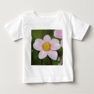 ピンクのアネモネ ベビーTシャツ