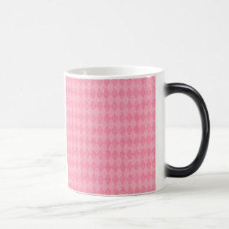 ピンクのアーガイル柄のな道化師のプレッピーなダイヤモンドのプリント マジックマグカップ