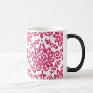 ピンクのイカットのBohoのお洒落な民族のガーリーな白い及びピンク マジックマグカップ
